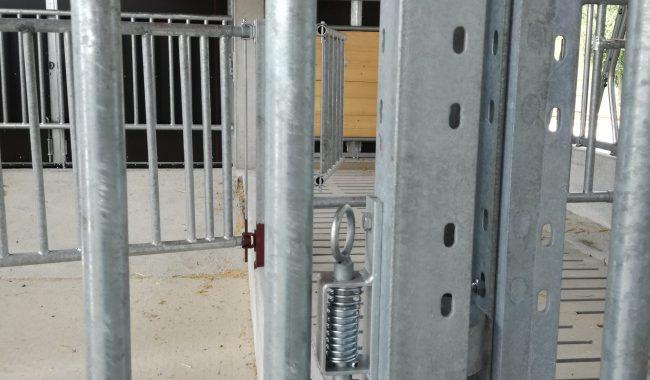 Alle Tore und Trennwände sind mit einem komfortablem Federriegel ausgestattet