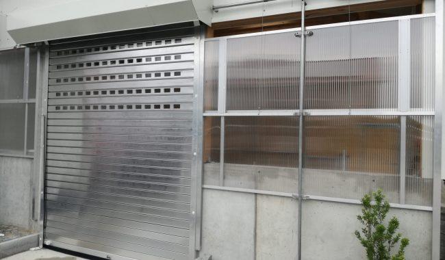 Aluminium Rolltor mit Lichtsektionen und Abdeckkasten nach RAL lackiert