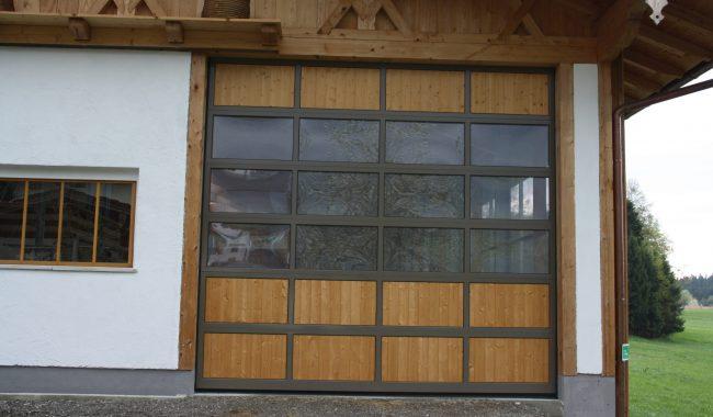 Aluminium Sektionaltor - Rahmen lackiert, Füllung Holz
