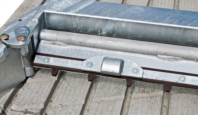 Die Längsrillen werden vom Schieber mit speziellen Kammleisten gereinigt