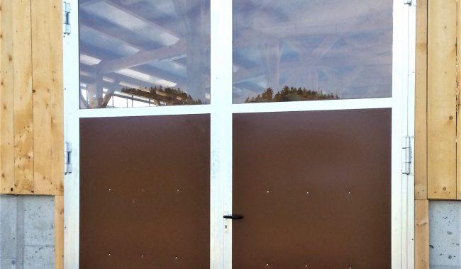 Flügeltor mit Blechfüllung und Oberlichtfenster