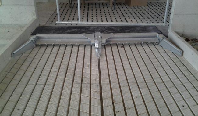 Pendelklappschieber auf Schwarzlaufgangplatten (Rillenboden)
