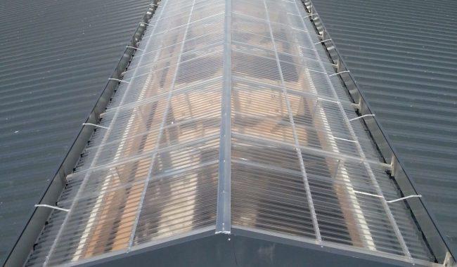 Als Lichtplatten werden entweder 16mm Hohlkammerplatten mit Dreifachsteg (Polycarbonat), oder einschalige Ondex Trapezprofile verwendet. Beide sind sehr alterungsbeständig und halten starken Hagel aus
