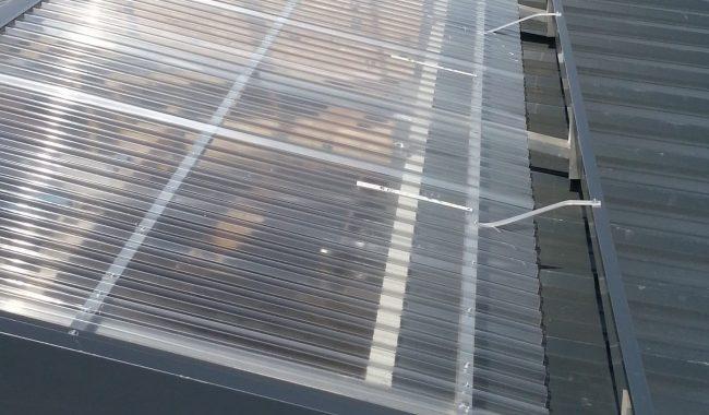 Die Windabweiser und Giebelbleche werden in der passenden Dachfarbe geliefert